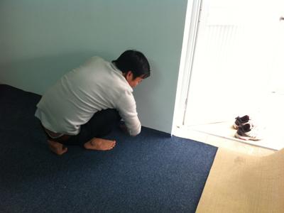 Thợ thi công thảm trải sàn